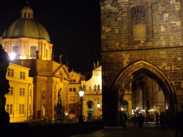 Prag leuchtet bei Nacht
