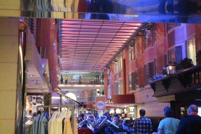 Die Shopping- und Flaniermeile auf Deck 7 bietet alles was das Herz begehrt