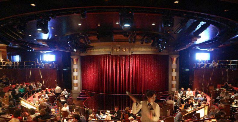 Das Show-Programm im Showtheater findet zweimal am Abend statt. Plätze können im Voraus gebucht werden und wird auch empfohlen, da es sehr voll wird.