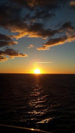 Gleich wird es dunkel: Sonnuntergang vom Schiff aus