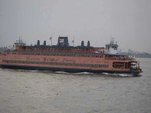 Die Staten Island Ferry fährt zwischen Manhattan und Staten Island umher