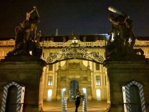 Der Titanen Eingang zur Prager Burg