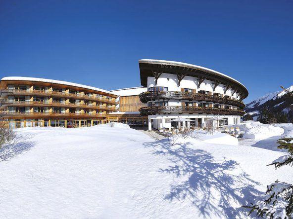 Winterlich verschneit! Das Travel Charme Ifen Hotel in Hirschegg