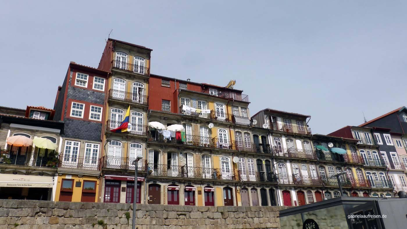 Bunte Häuser an der Douro-Promenade in Porto