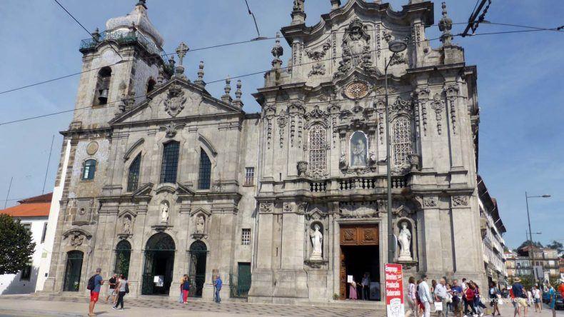 Die Doppelkirche Igreja do Carmo.