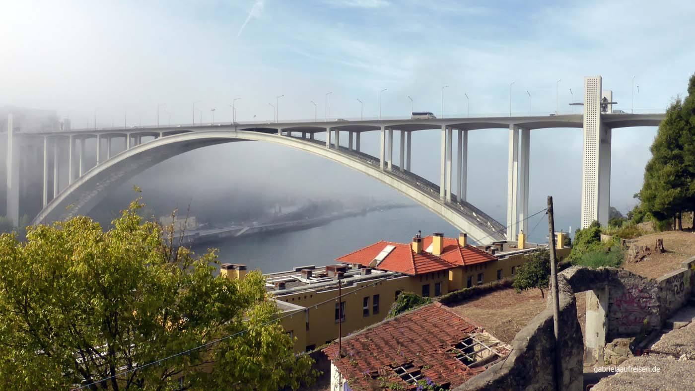 Der Douro im Nebel, darüber spannt sich die Ponte da Arrábita