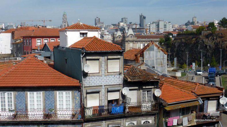 Einige alte Häuser in Portos Altstadt, direkt neben der Kathedrale.