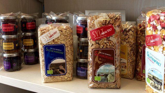 Im Dorfhotel Sylt werden Produkte wie Müsli und Kerzen, hergestellt von den Bewohnern der Sylter Behindertenwerkstatt, verkauft