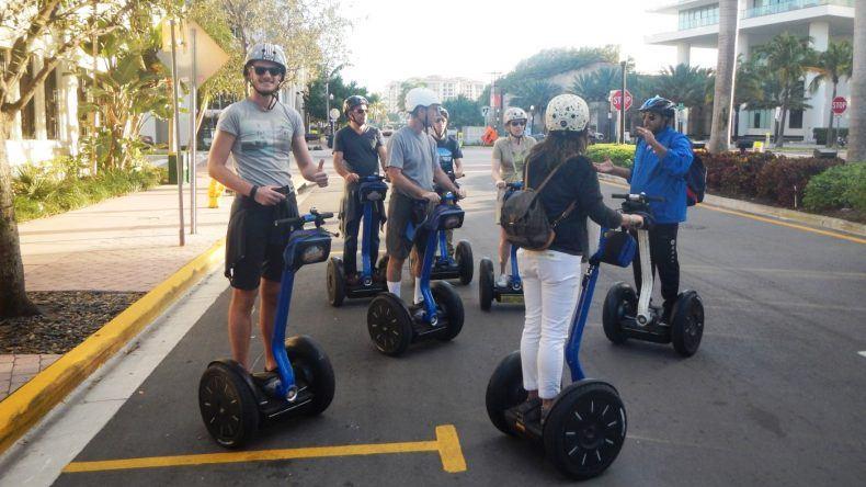 Bevor die Tour startet, fährt sich die Gruppe kurz mit den Segways ein