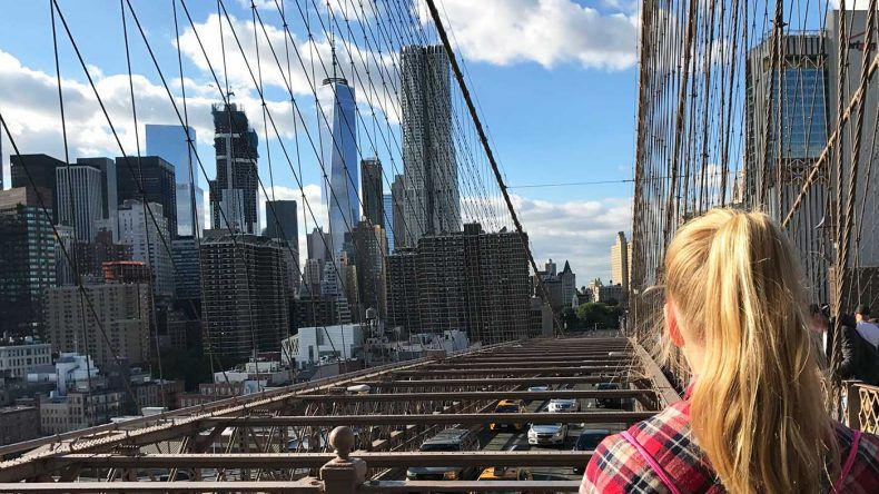 New York, Aussicht auf Manhattan von der Brooklyn Bridge.