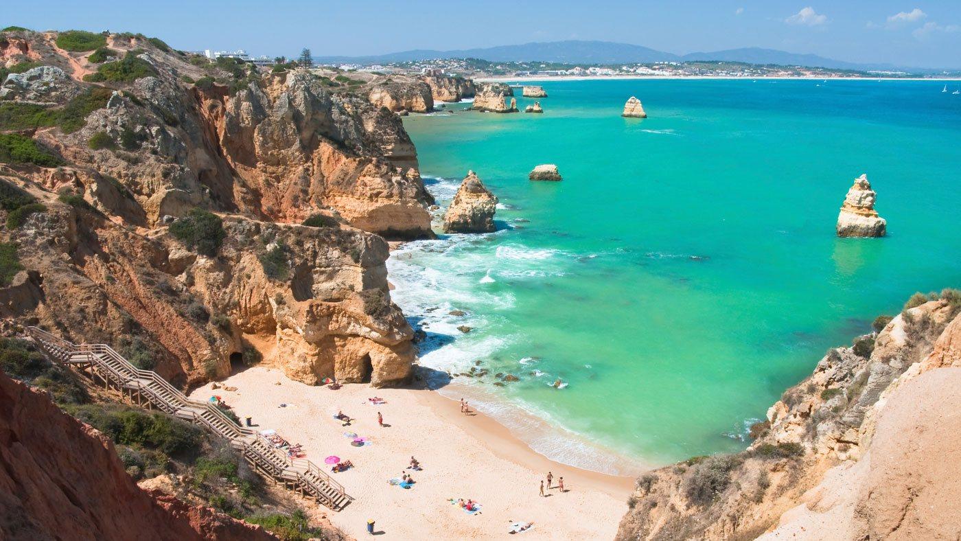 Die Algarve bietet traumhafte, feinsandige Strände, die flach abfallen sowie viele Muscheln zum Sammeln