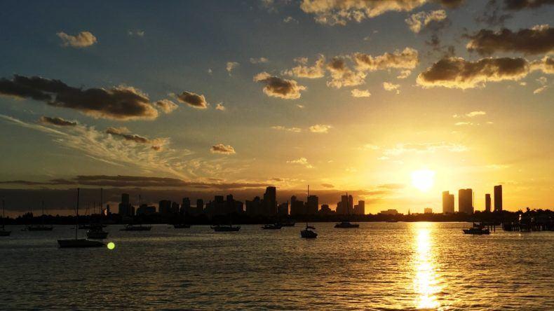 Ein traumhafter Sonnenuntergang hinter der Skyline Miamis