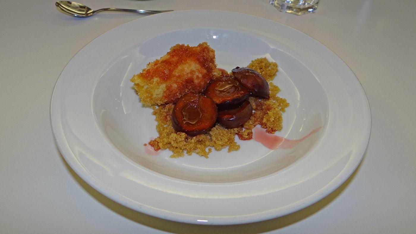 Als Dessert gibt es: Topfennockerl mit Zwetschgenkompott und Butterbrösel