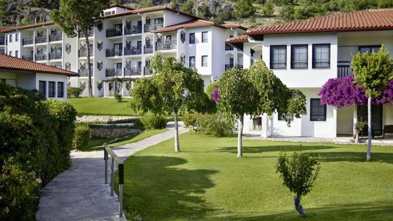 Die wunderschöne, grüne Anlage des TUI BLUE Sarigerme Park lädt zum Spazieren ein