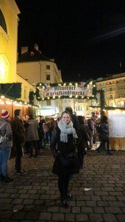 Katharina vor dem Altwiener Christkindlmarkt
