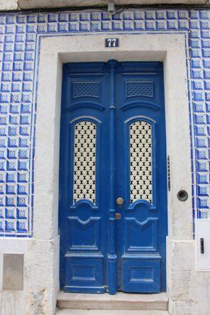 Auch die bunten Kacheln an den Hauswänden lassen Lissabon erstrahlen!