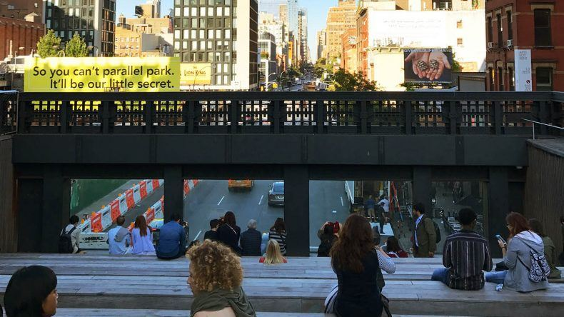 Sitzgelegenheit mit Aussicht aufs New Yorks Straßen.