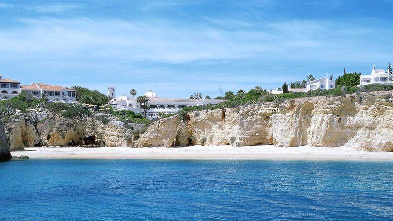 Direkt auf den Klippen gelegen an der Praia dos Tremoços
