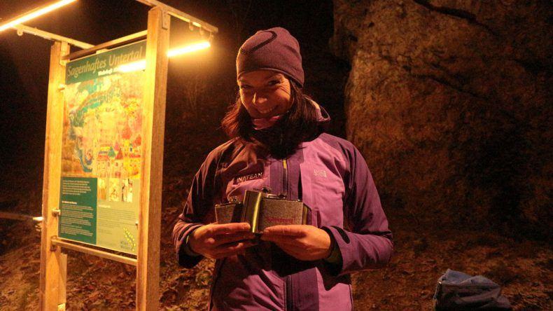 Unser Guide Andrea wartet mit einer kleinen Belohnung auf uns: selbstgemachter Schnaps!