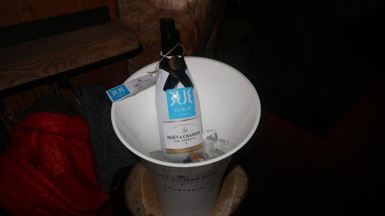Mit dem Kauf dieser Champagnerflasche ist das TUI BLUE PULSE Schladming nun Pate eines der begehrten Hirsche in der Platzhirsch Alm.