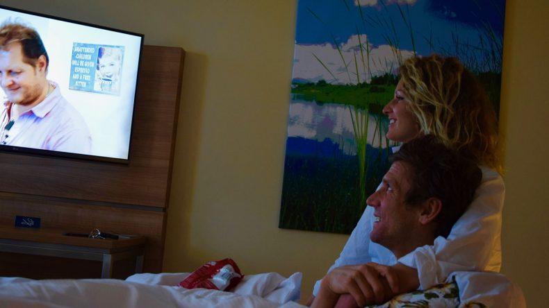 """Chips und legere Kleidung: So schauen Janni und Peer die erste Folge von """"Ich bin ein Star holt mich hier raus"""""""