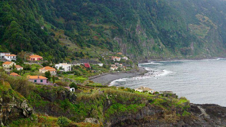 Der Jamaica Strand ist umgeben von der Küste und bietet einen natürlichen Zugang , der auch gerne beim guten Wellengang einige Surfer anzieht.