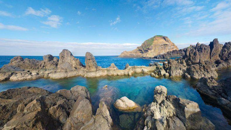 Wunderschöne Felsformationen direkt an der Küste