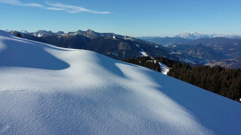 Nur mit Schneeschuhen könnt ihr über solch traumhaft verschneite Landschaften laufen