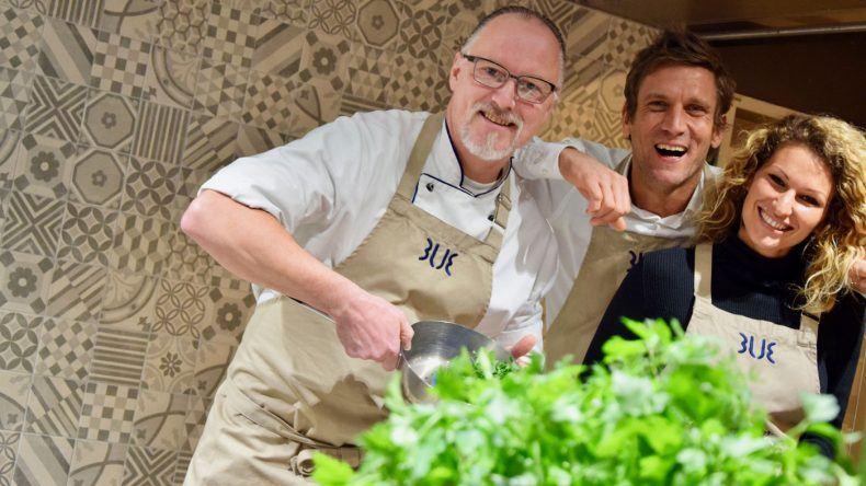 Dschungelkönig trifft Dschungelkoch: Ganz zum Schluss treffen Janni und Peer noch Frank Ochmann, den Insektenkoch Deutschlands, in der Küche des TUI BLUE Fleesensee