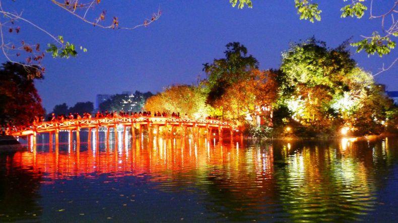 Brücke-der-aufgehenden-Sonne-am-Hoan-Kiem-See