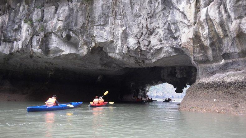 Mit dem Schiff durch die imposanten Kalkfelsen der Halong Bay