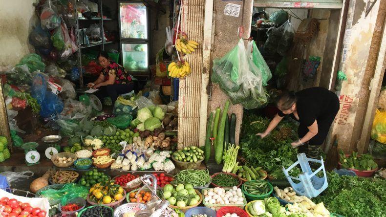 Stände mit frischen Kräutern, Obst und Gemüse