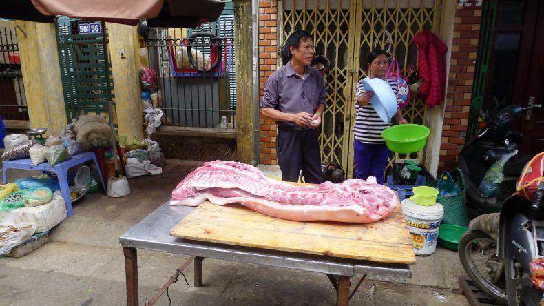 Ein halbes Schwein wird auf offener Straße verkauft