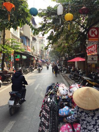 Eine typische Gasse der Alstadt mit Mopeds und einer mobilen Verkäuferin