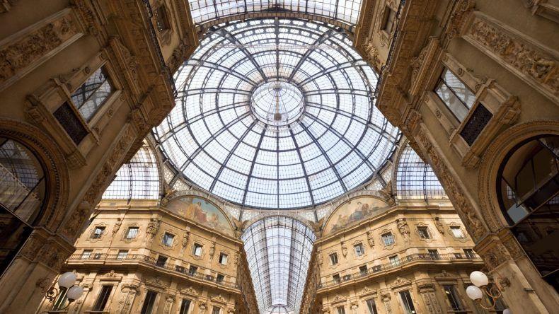 Shopping in der berühmten, überdachten Einkaufspassage Galleria Vittorio Emanuele