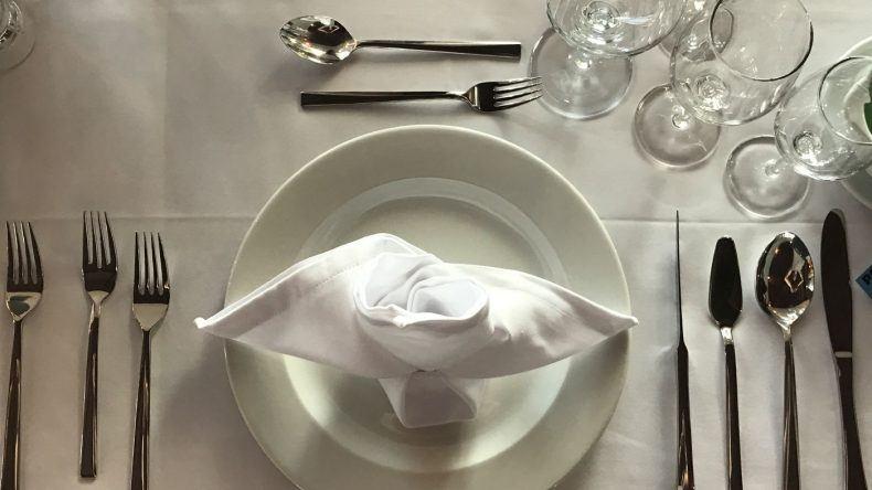 """Welches Besteck nehme ich für welchen Gang? Wie benutze ich die Serviette? Die Missen lernen im """"Miss Germany Camp"""" auf Fuerteventura die wichtigsten Tischmanieren"""