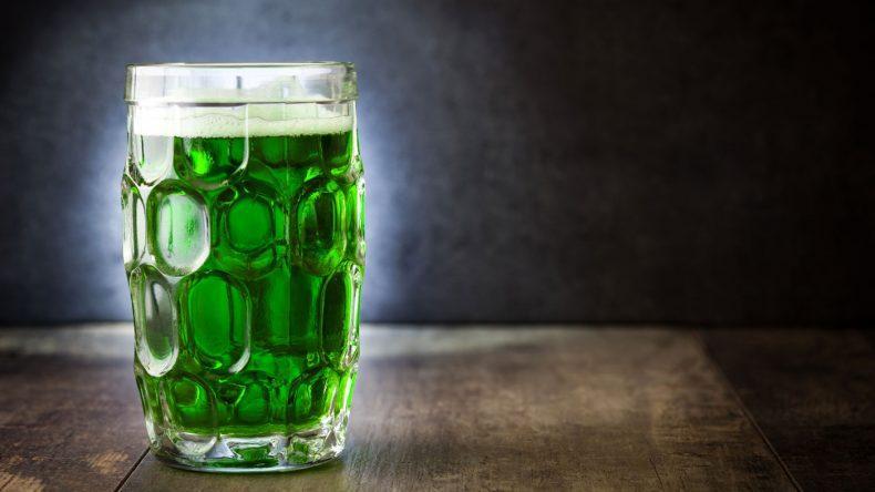 Die Welt wird grün. So auch das Bier! (Copyright: etorres/Shutterstock.de)