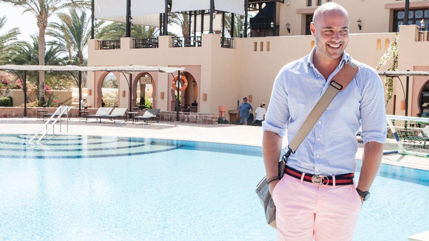 Bachelor Christian Tews auf Hotelrundgang