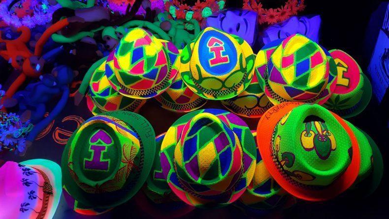 Bei den legendären Fullmoon Partys tragen alle neonfarbene Kleidung, das bringt die Nacht und euch zum Leuchten!