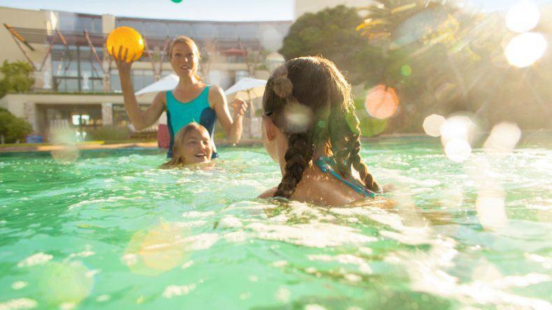 Sicherheit geht vor! Erst vor kurzem wurde der Job des Pooltesters eingeführt. So könnt ihr ganz entspannt im Pool schwimmen und spielen und braucht euch keine Gedanken um mögliche Gefahren zu machen.