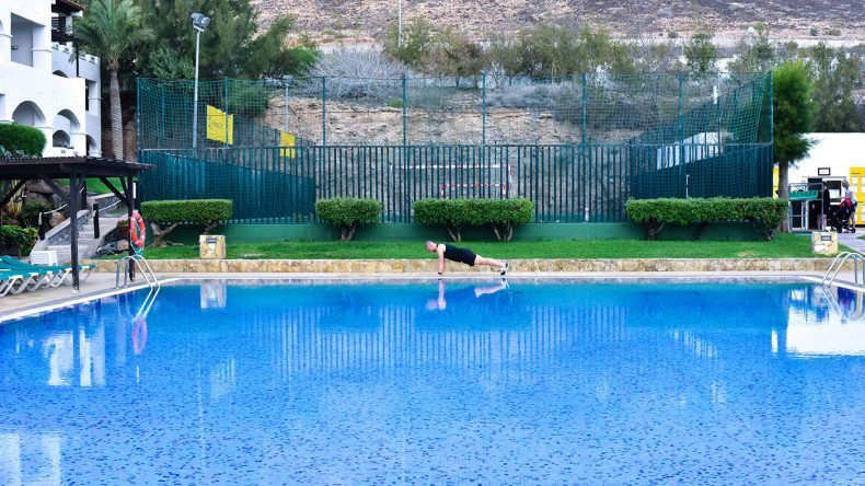 Liegestütz am Pool