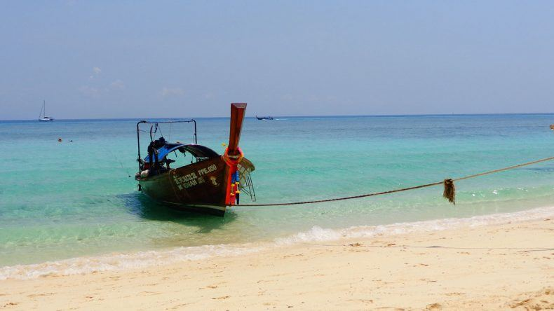 Typisches Longtail Boat am Strand