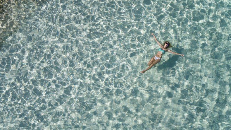 So stellen sich sicherlich viele den Job als Pooltester vor! Aber im Pool entspannen, gehört nicht zu den Aufgaben. Als Poolprüfer benötigst du gute Tauchfähigkeiten und hohe Konzentration, um mögliche Sicherheitsdefizite zu entdecken.