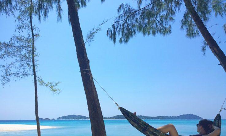 Meli entspannt am Traumstrand auf der Insel Ko Adang mit Blick auf Ko Lipe