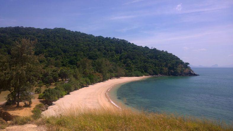 Dieser breite Sandstrand befindet sich im Nationalpark der Insel Ko Lanta ganz im Süden