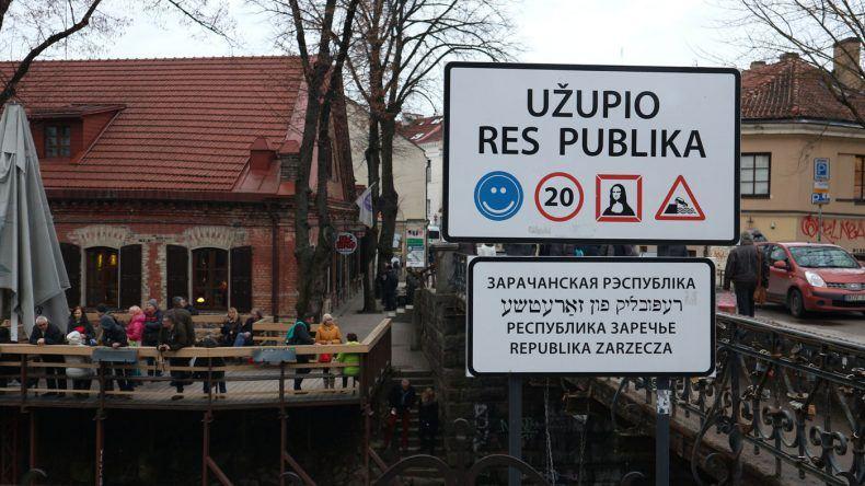 Das Ortsschild von Užupio Respublika stimmt schon auf das künstlerische Viertel ein