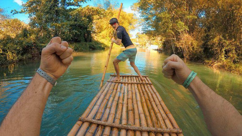 Beim Rafting könnt ihr auch selbst Hand anlegen und den Guide ablösen