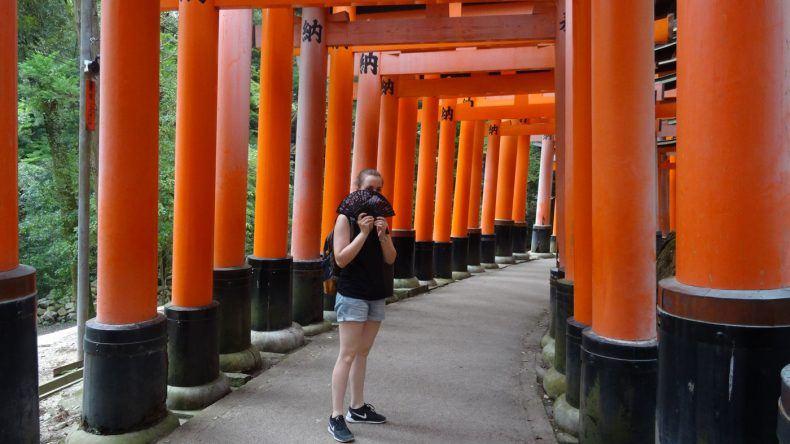 Britt im Fushimi Inari-Schrein