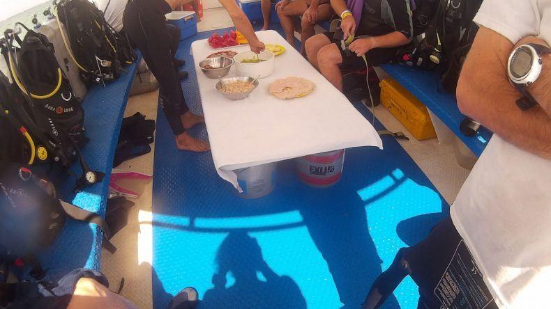 Taucher-Lunchtime auf dem Boot