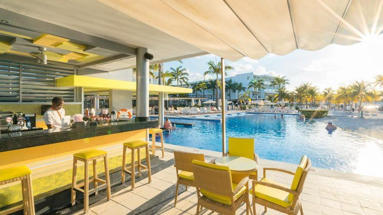 Poolbar direkt am Strand des RIU Palace
